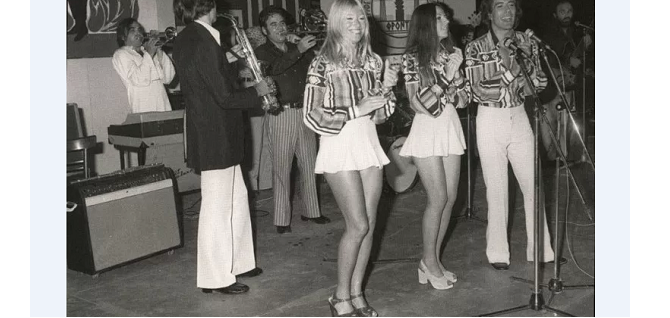 Ντοκουμέντο: O Νταλάρας τραγουδάει στη γιορτή της 21ης Απριλίου στο Βόλο – Mαζί ο Πάριος και ο Δάκης!