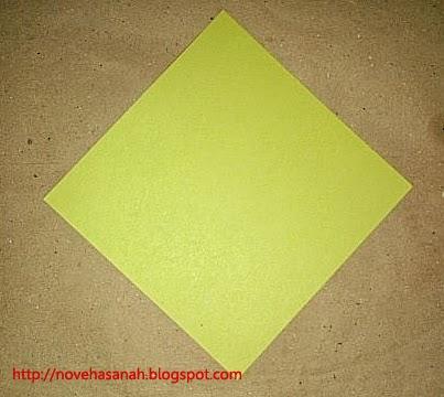 langkah pertama cara melipat kertas origami menjadi bentuk ayam yang sangat mudah sehingga cocok untuk anak TK atau anak SD