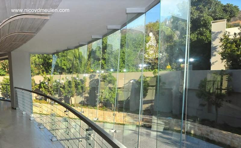 Vista hacia el exterior por una vidriera desde la planta alta de la casa