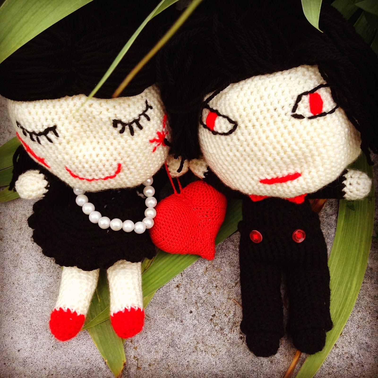 poupées au crochet rouge noir