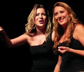 """Comediantes Giovanna Fraga e Sil Esteves apresentam """"Batom Comedy"""" em Teresópolis, dia 7/11"""