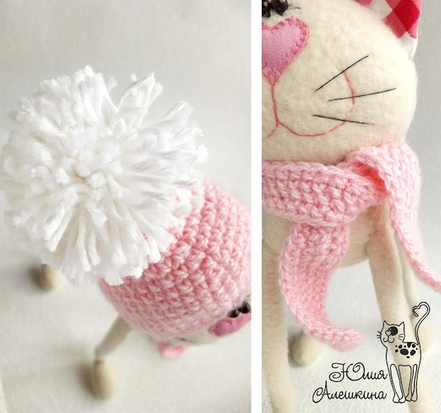 Бежевая кошка длинноножка - в розовой шапке. Помпон