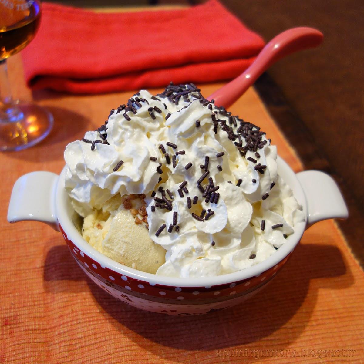 Ванильное мороженое со взбитыми сливками