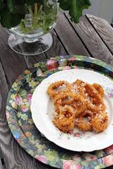 Sipulirenkaat hunajan ja parmesaanin kera