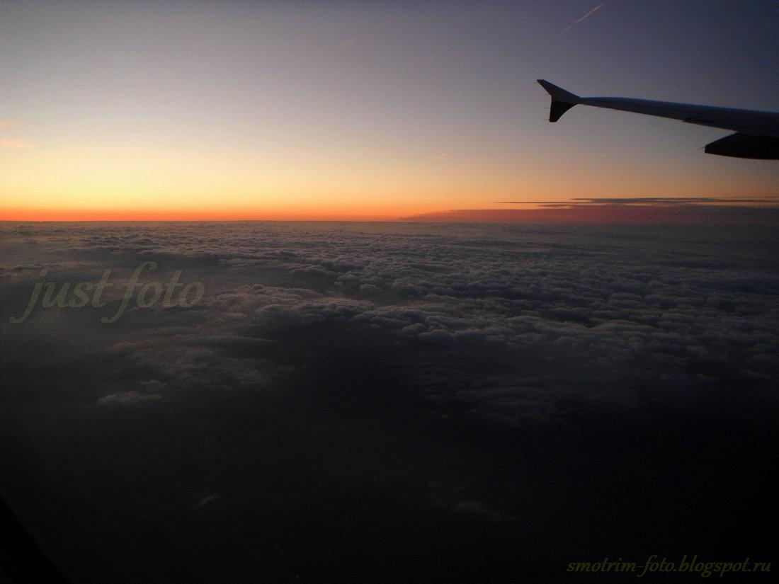 Ночное небо под крылом самолета