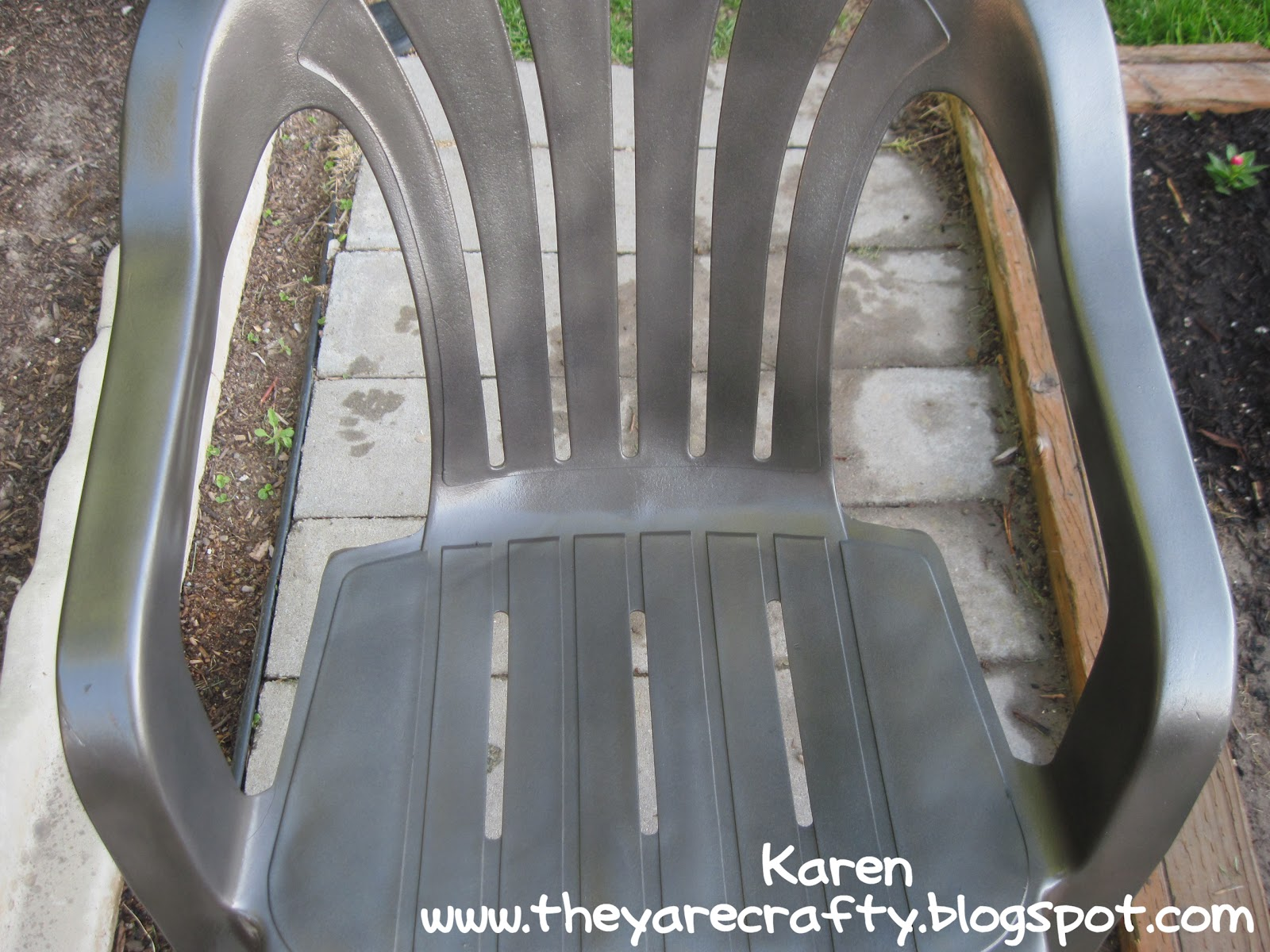 How to repaint plastic lawn chairs and furniture plastic outdoor - Spray Paint Those Old Ugly Plastic Lawn Chairs