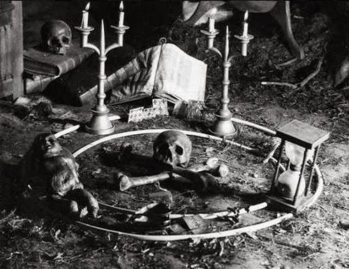 Los altares, circulos y objetos magicos, algo recurrente cuando hablamos de brujeria.