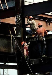Obreros y estructura de vigas