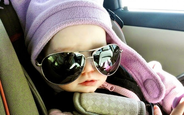 Gambar foto bayi lucu memakai kacamata besar