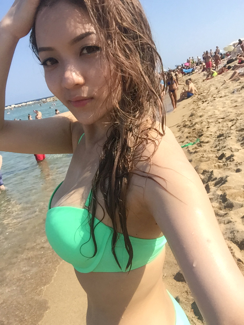 Latest images of Thuy Top (Vietnamese model) in Spain's beach
