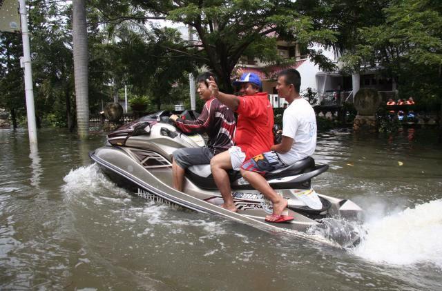 Indonesian Funny: jakarta floods