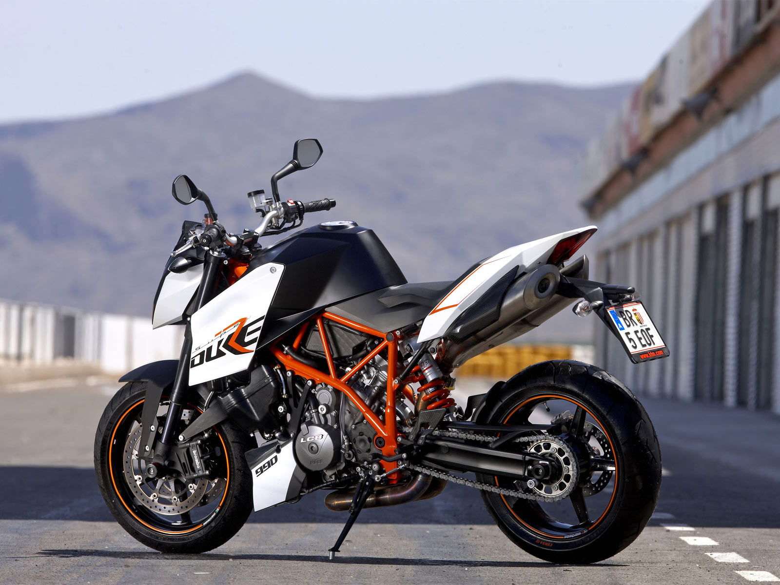http://4.bp.blogspot.com/-qFNLufvALJo/TlSg07gP3OI/AAAAAAAAAqs/pknPn9sxAMs/s1600/KTM_990_Super_Duke_R_2009_motorcycle-desktop-wallpaper_02.jpg