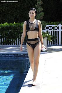 الممثلة الأمريكية رومر ويليس في حمام السباحة في لوس أنجلوس