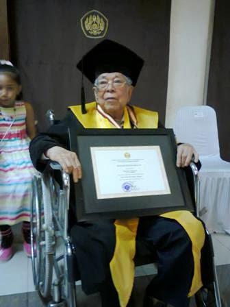 Di Bandung, Kakek 91 Tahun Ikut Wisuda