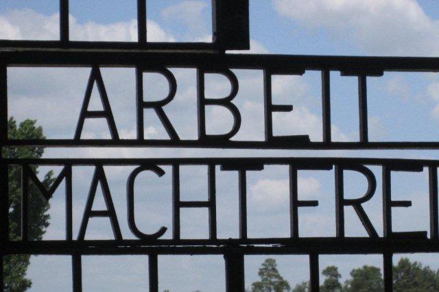 Campo de concentracion de Sachsenhausen - Lema de los campos de concentracion Arbeit macht frei, El trabajo hace libre