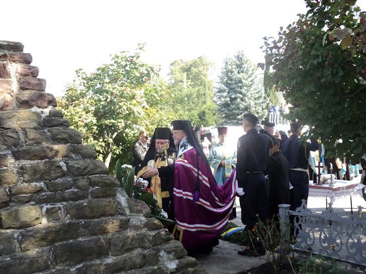 Покладання квітів до могили воїнів УПА преосвящ. владиками Михаїлом Колтуном та Василієм Семенюком