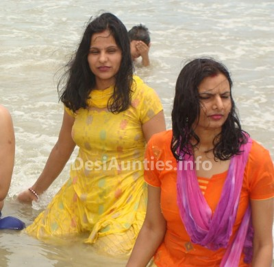 Southfilmz: Tempting Aunties clevage show in water