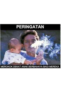 orang merokok dengan anak di dekatnya