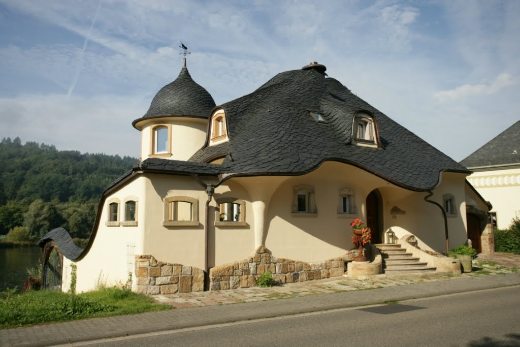 Pix grove fantasy house in germany for Big houses in germany