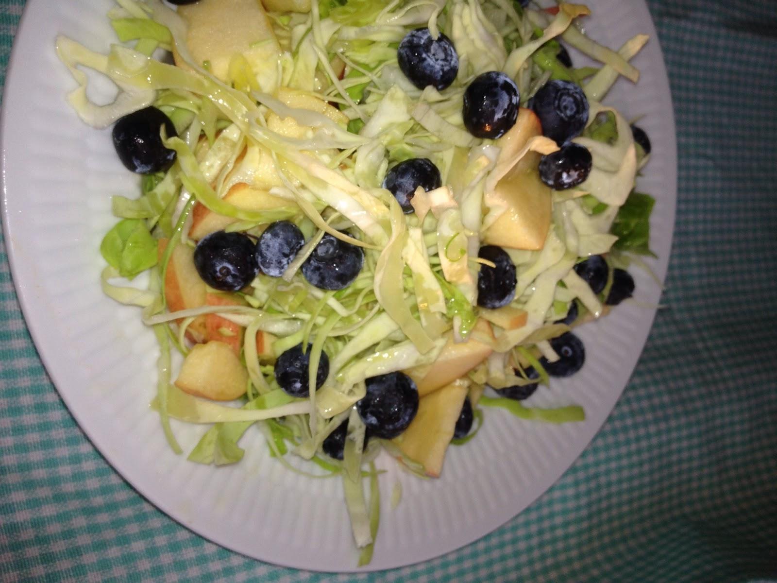 Kristinas Madunivers Salat Med Spidskål æbler Og Blåbær