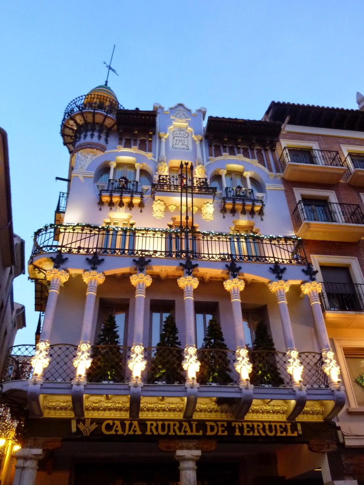 La Casa Ferrán debido a la estrechez de las calles carece de la perspectiva  que sólo da la distancia. Se encuentra encajonada entre las angostas calles  de ...