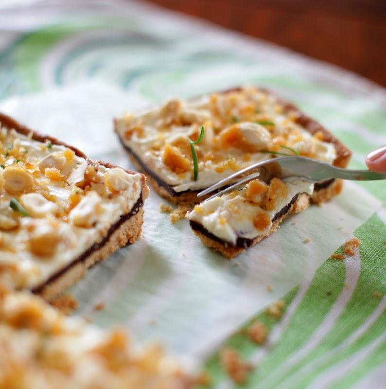 http://our-favorite-apple-pie.blogspot.com/2014/04/czekoladowy-mazurek-z-orzechowo.html