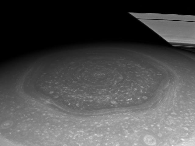 Imagem do polo norte de Saturno