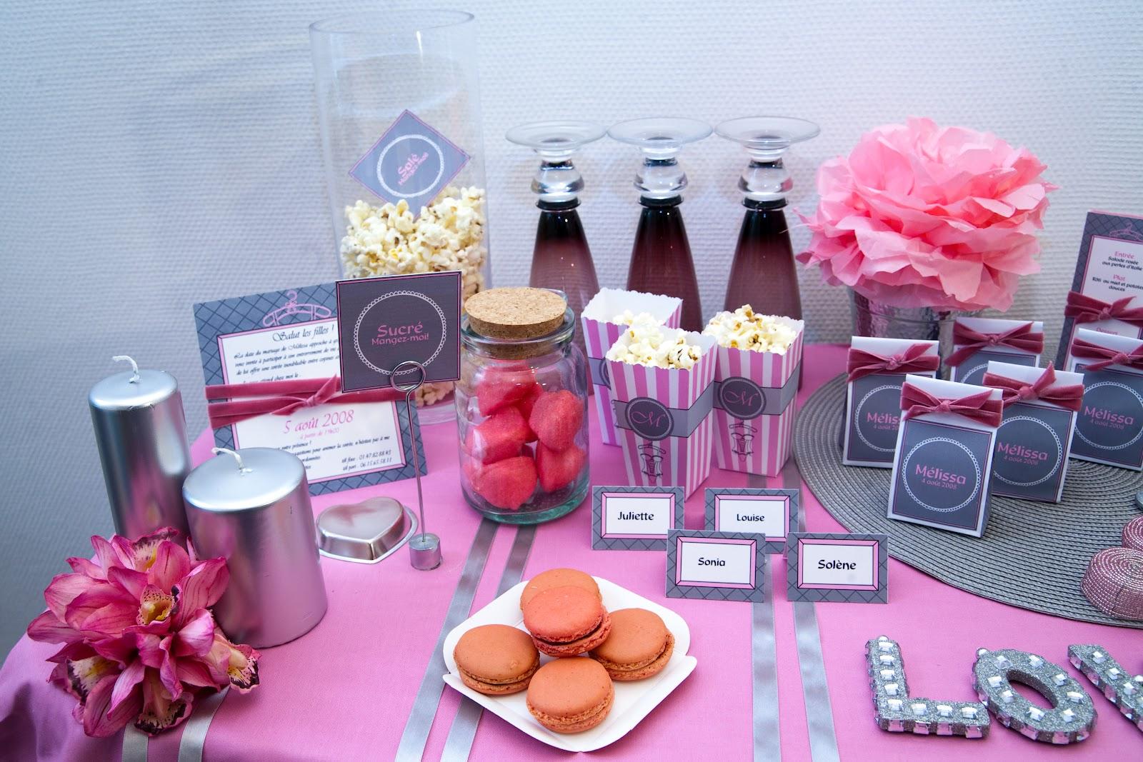 Kit pret à imprimer installé sur nappe rose avec bonbons pop corn