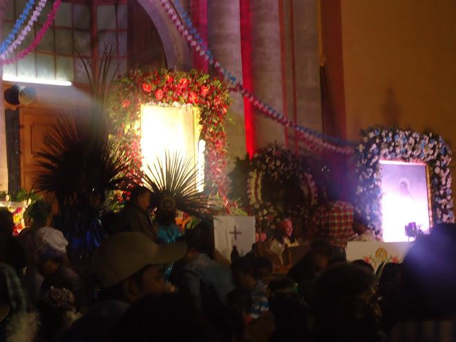 Imagen de la Virgen y San Juan Diego en el Atrio de la Parroquia de la Santa Cruz