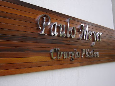 FACHADA INTERIOR LETREIROS, LETRAS CAIXA EM  AÇO INOX POLIDO FIXADA EM MADEIRA CLINICA GUARULHOS-SP