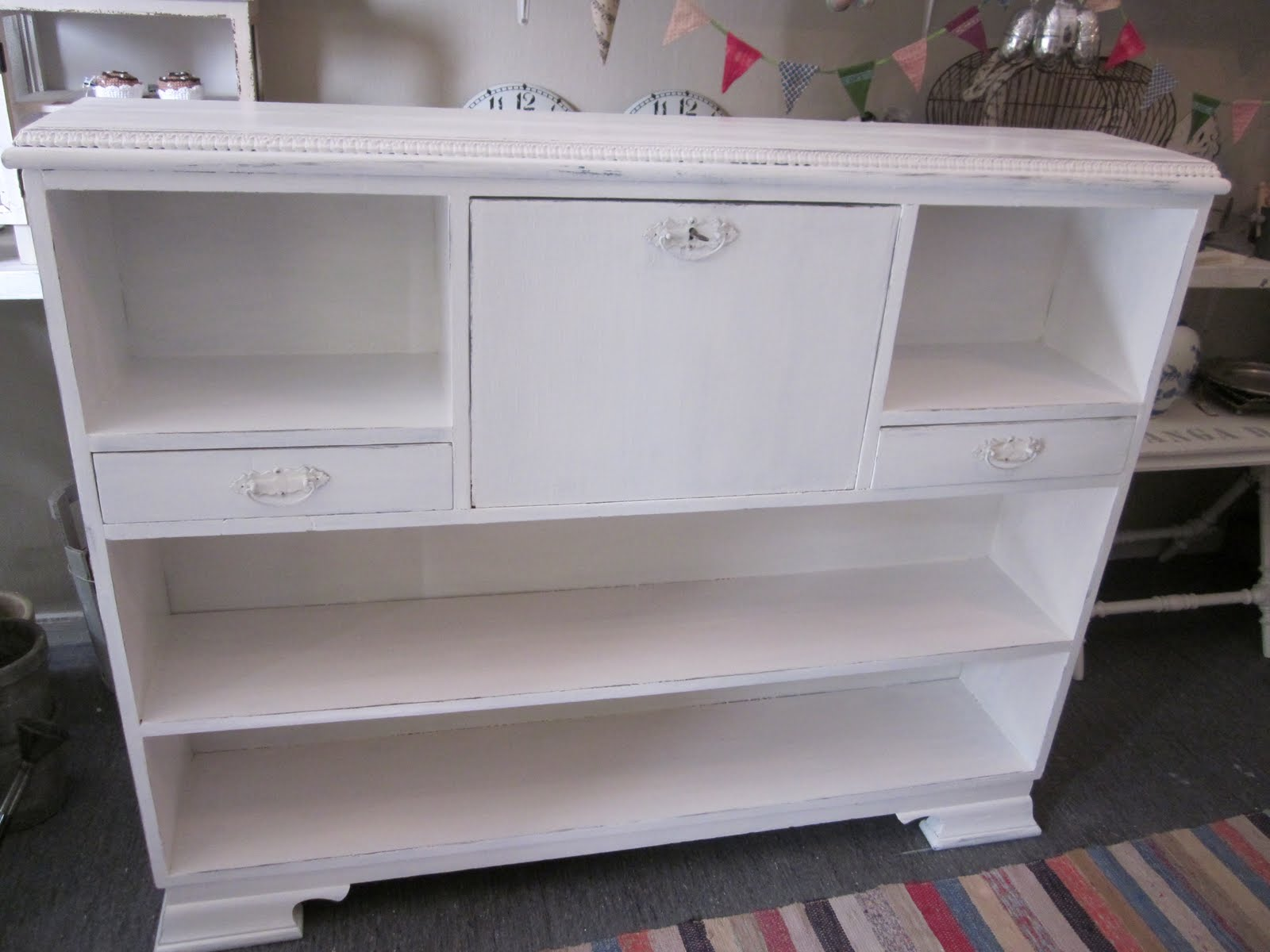 gammalt romantiskt och vitt Skrivbord och bokhylla