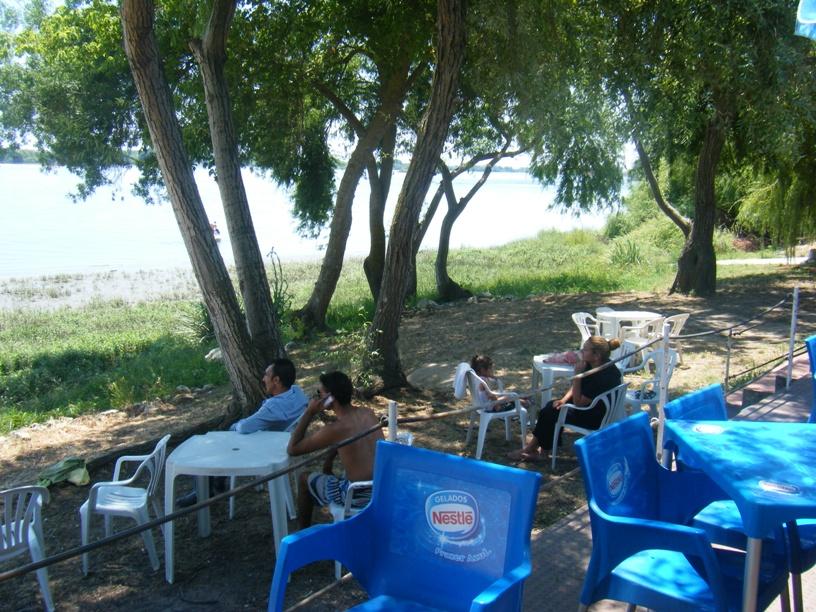 esplanada do bar da praia Fluvial de Valada
