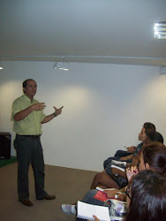 Prof. Marcelo Clemente, minsitrando uma palestra sobre Primeiros Socorros  para educadores.