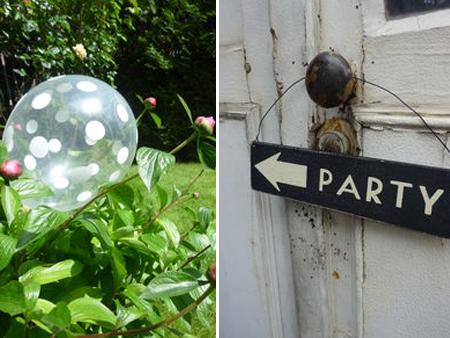 ballon à pois blanc et pancarte de direction