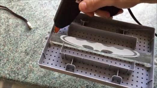 تثبيت قطعة البلاستيك بالقاعدة باستخدام الغراء