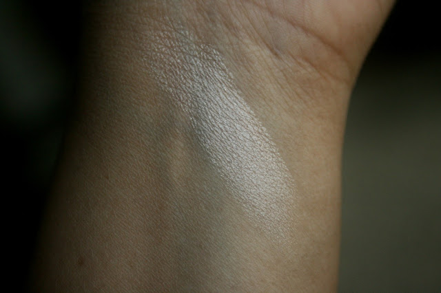 Laura Mercier Matte Radiance Baked Powder in Highlight-01 Swatch