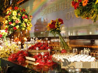 arranjo flores coloridas, toppers, doces, forma flor, velas, âmbar