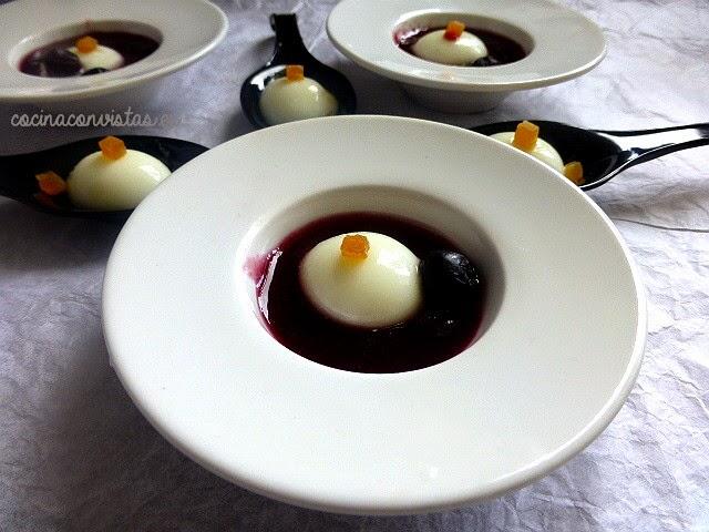 Perlas de yogur sobre sopa fría de arándanos