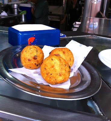 Bolinho de bacalhau servido no Bar Adonis, Benfica