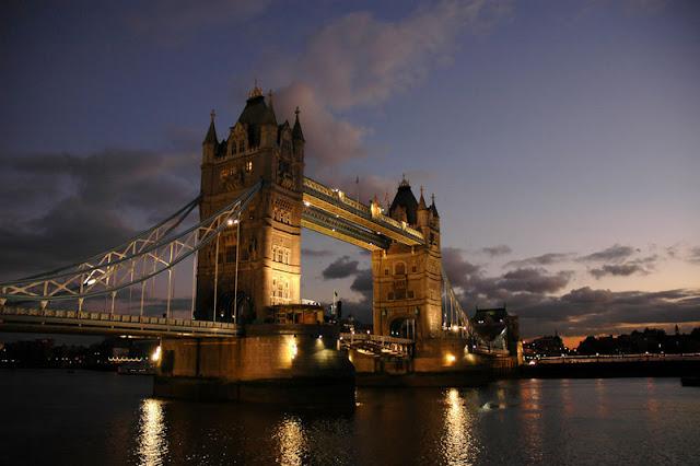 Peluang melancong secara percuma ke negara eropah, london dan paris dengan bisnes premium beautiful corset at london bridge