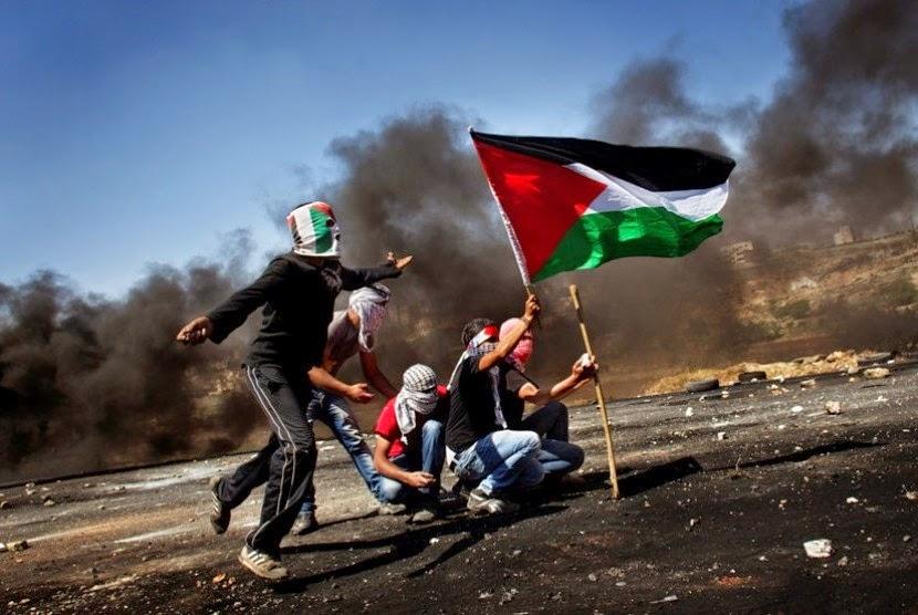 Warga Palestina lempar batu ke penjajah Zionis Yahudi