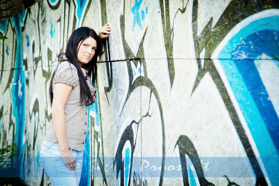 naine-poseerib-graffiti-seina-aares