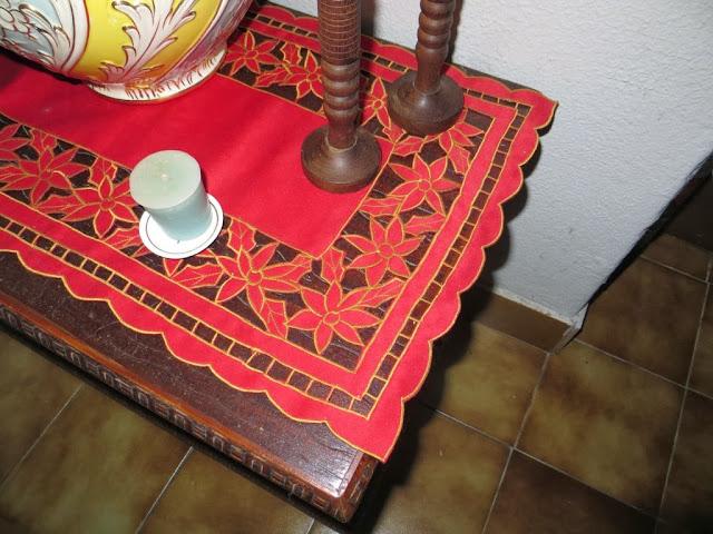 Fotografia macro de Naperon Vermelho e Castiçais de Madeira