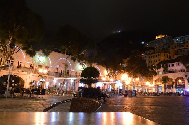 Gibraltar. Grand Casamates Square noc