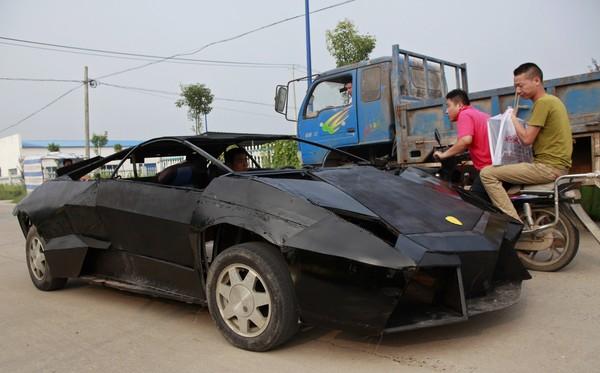 KERETA sport Wang Jian menjadi tumpuan pengguna jalan raya lain
