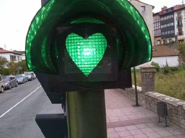 luz verde de semaforo con forma de corazon en hondarribia