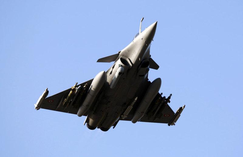 marine et aéronavale FAF+Rafale.+Laser+designation+pod+%252B+GBUs+and+Micas+Air+to+Air+%252B+2+X+2000+liters+tanks.