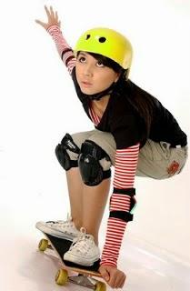 Foto Jessica Mila naik skateboard