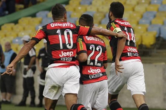 Ederson participa de dois gols em sua estreia pelo Flamengo. Rubro-negro faz 3 a 2 no Atlético-PR no Maracanã.
