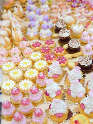 Individual pastries by Paris Miniatures
